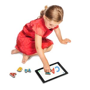 Jeu éducatif pour tablette avec les lettres de l'alphabet en bois